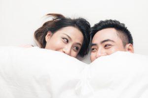 男性が腕枕をする心理とは?仰天の真実と長時間しびれないコツ